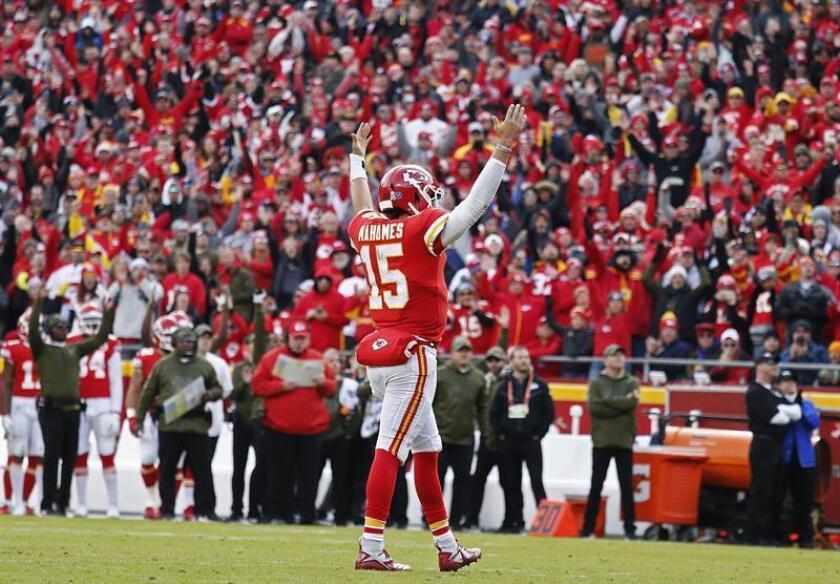 Patrick Mahomes, mariscal de campo de los Chiefs de Kansas City, fue registrado este domingo al celebrar un touchdown que su equipo le anotó a los Cardinals de Arizona, durante un partido de la NFL, en el Arrowhead Stadium de Kansas City (Missouri, EE.UU.). EFE