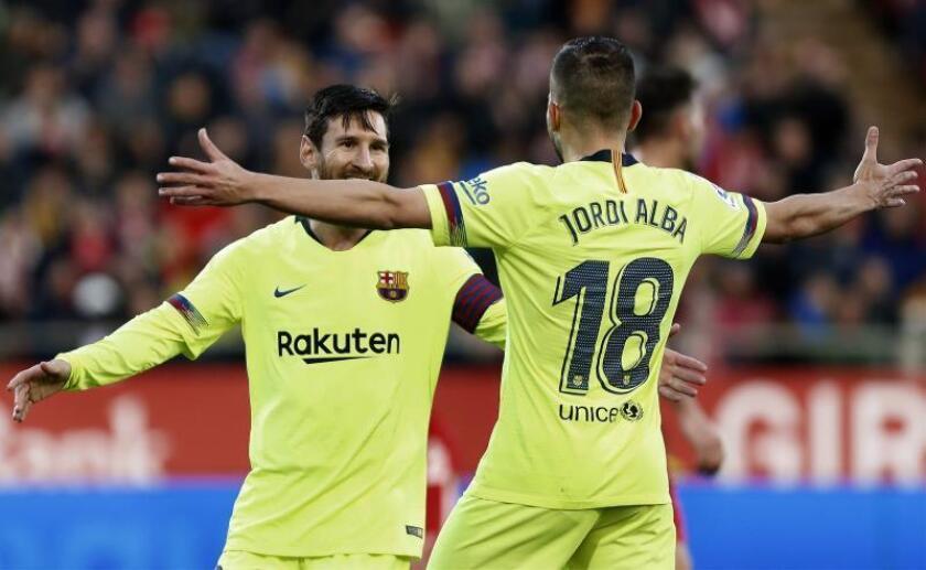 El delantero argentino del Barcelona Leo Messi (i) celebra con su compañero Jordi Alba la consecución del segundo gol de su equipo ante el Girona durante el partido de Liga que se disputó en el estadio de Montilivi en Girona. EFE