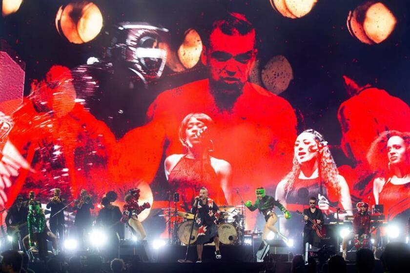 """El cantante británico de pop, Robbie Williams ofrece un concierto hoy, jueves 15 de noviembre de 2018, dentro de su gira """"The heavy entertainment show"""", celebrado en la ciudad de Guadalajara, en el estado de Jalisco (México). EFE"""