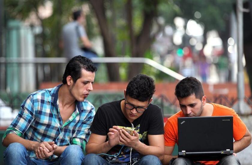 Fotografía de archivo del 4 de febrero de 2016, que muestra a un grupo de jóvenes que se conectan a internet en una zona WiFi, en La Habana (Cuba). EFE/Archivo