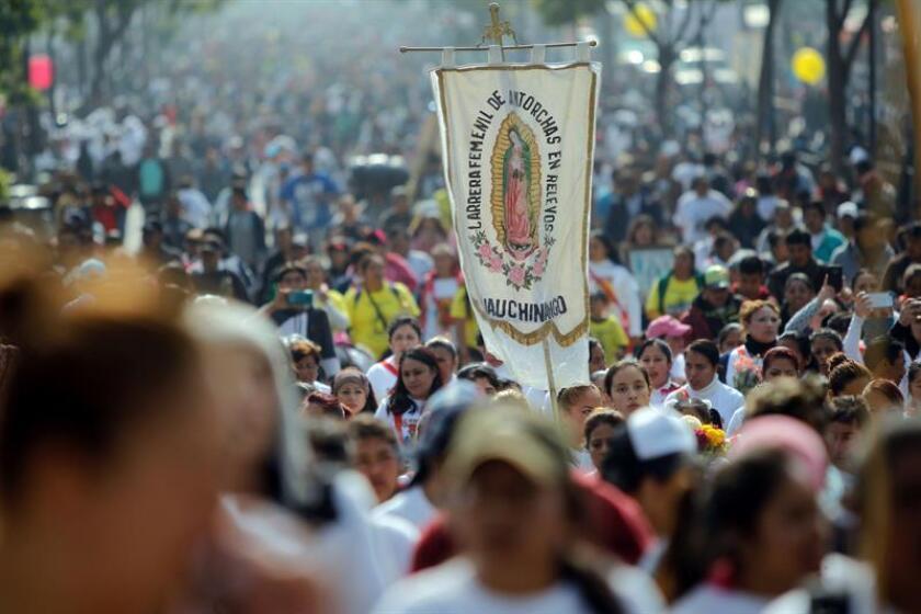Cientos de personas llegan a las inmediaciones de la Basílica de Santa María de Guadalupe en Ciudad de México (México). EFE