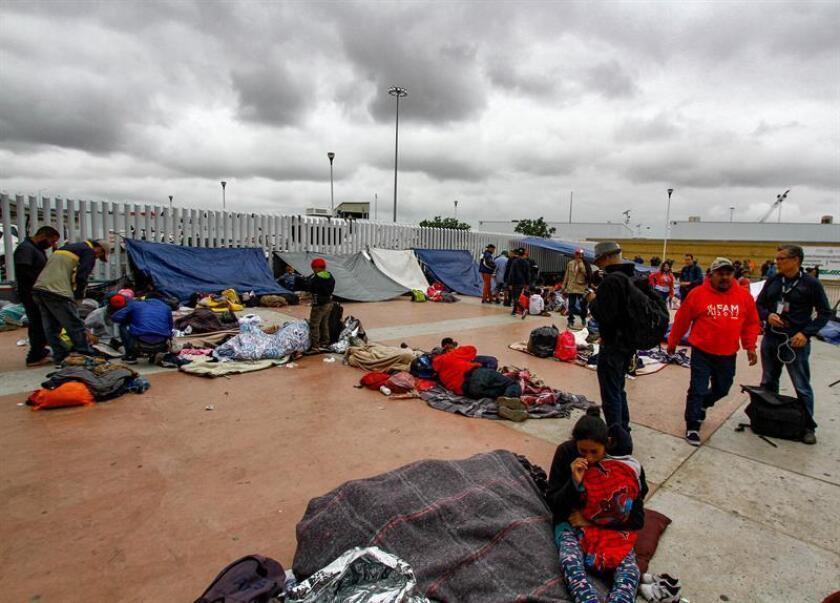 Miembros de la caravana de migrantes centroamericanos descansan en un predio de la ciudad de El Chaparral, en la ciudad fronteriza de Tijuana (México) hoy, lunes 30 de abril de 2018. EFE