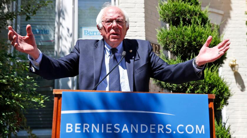 """En un video divulgado a sus seguidores a través de internet y en el que algunas voces apuntaban a que podía anunciar su retirada, Sanders aseguró hoy que la """"revolución política debe seguir en el futuro"""", ya que las jornadas electorales """"van y vienen"""", pero """"las revoluciones políticas que intentan transformar nuestra sociedad jamás terminan""""."""