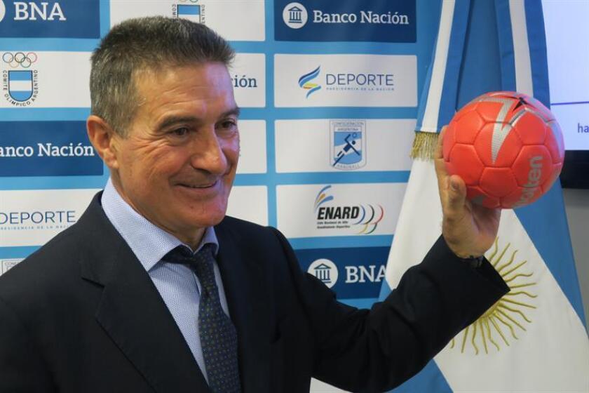 En la imagen, el entrenador de la selección argentina de balonmano, el español Manolo Cadenas. EFE/Archivo