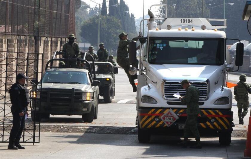 Las fuerzas de seguridad mexicanas decomisaron decenas de camiones cisterna usados para robar combustible en un operativo en el céntrico estado de Guanajuato, informó este miércoles la Secretaría de Marina (Semar). EFE/Archivo