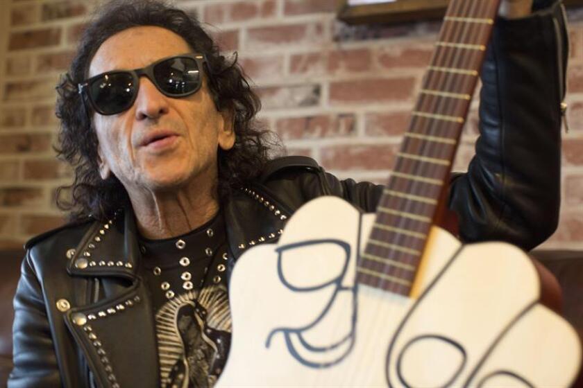 Fotografía fechada el 12 de febrero de 2019, que muestra al músico mexicano Álex Lora mientras posa en entrevista con Efe, en Los Ángeles, California (EE.UU.). EFE