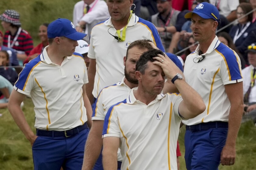 El equipo de Europa liderado por el británico Rory McIlroy reacciona tras perder la Copa Ryder ante el equipo de Estados Unidos el domingo 26 de septiembre del 2021. (AP Photo/Charlie Neibergall)