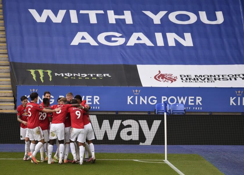 Bruno Fernandes del Manchester United celebra con sus compañeros tras anotar un gol de penal.