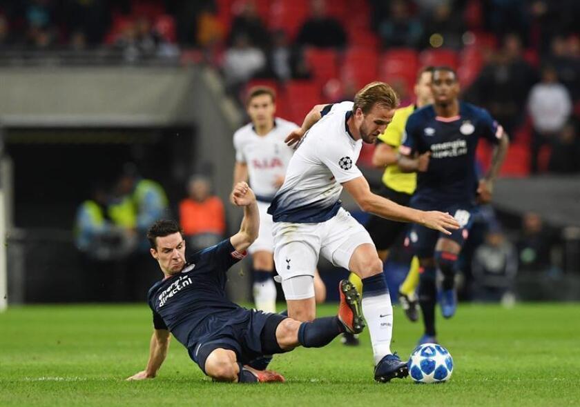 El jugador Nick Viergever (i) de PSV Eindhoven disputa el balón con Harry Kane (d) de Tottenham Hotspur hoy, martes 6 de noviembre de 2018, durante un partido del grupo B de la Liga de Campeones entre Tottenham Hotspur y PSV Eindhoven, en el estadio Wembley, en Londres (Reino Unido). EFE