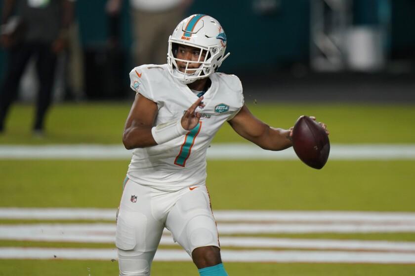 El quarterback de los Dolphins de Miami, Tua Tagovailoa, busca a quien pasar el balón durante la segunda mitad del juego de la NFL contra los Jets de Nueva York, el domingo 18 de octubre de 2020, en Miami Gardens, Florida. (AP Foto/Lynne Sladky)