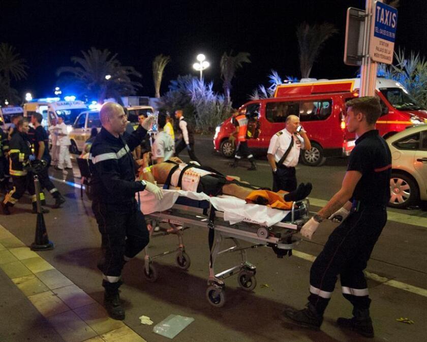 Heridos son evacuados del lugar en donde un camión chocó contra la multitud durante las celebraciones del Día de la Bastilla en Niza, Francia, 14 de julio de 2016. EFE/OLIVIER ANRIGO