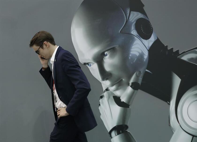 Microsoft y el Centro Knight para el Periodismo en las Américas anunciaron hoy el primer curso abierto en línea sobre inteligencia artificial (AI, en inglés) para periodistas latinoamericanos, disponible en español y portugués. EFE/Archivo