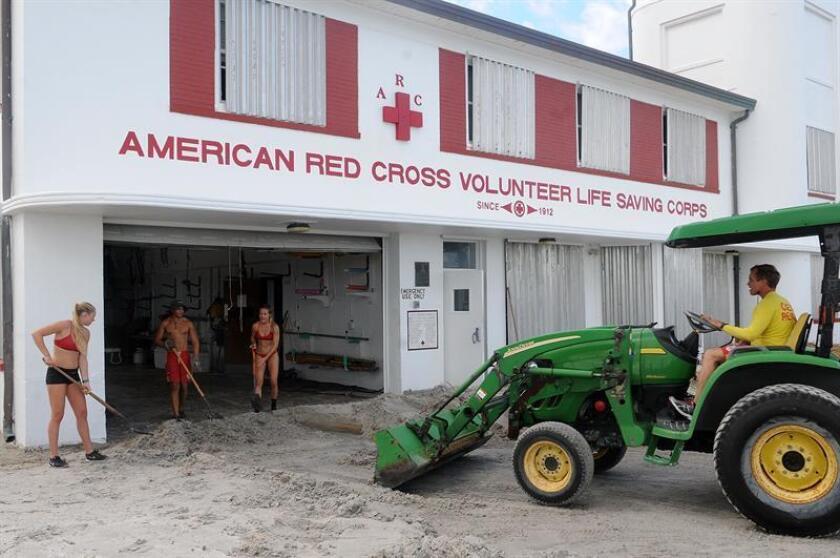 Voluntarios retiran la arena en el edificio de Salvavidas Voluntarios de la Cruz Roja Americana, el sábado 8 de octubre de 2016, luego del paso del Huracán Matthew en Jacksonville, Florida (Estados Unidos). EFE/Archivo