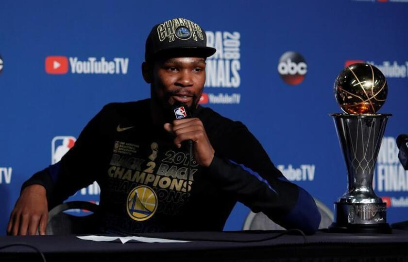 Golden State Warriors forward Kevin Durant responds to questions with his NBA MVP trophy during post game NBA Finals after defeating the Cleveland Cavaliers at Quicken Loans Arena in Cleveland, Ohio, USA, 08 June 2018. EFE