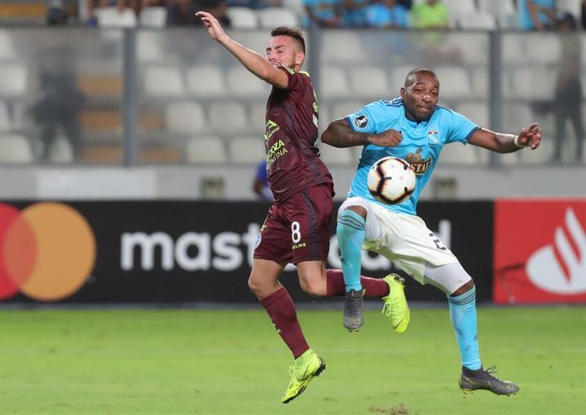 Jair Céspedes (d) de Sporting Cristal disputa un balón con Ángel González (i) de Godoy Cruz este martes, en un partido del grupo C de la Copa Libertadores en el estadio Nacional en Lima (Perú). EFE