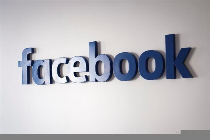 La red social Facebook anunció hoy que en el muro de sus usuarios dará prioridad a los contenidos publicados por familiares o amigos frente a las publicaciones que lleven la firma de empresas o medios de comunicación. EFE/EPA/ARCHIVO