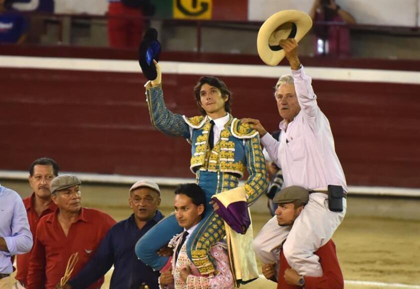 El torero francés Sebastián Castella sale a hombros de la plaza de toros Cañaveralejo junto al ganadero Ernesto Gutiérrez, tras indultar un toro hoy durante una corrida de la Feria de Cali, en Cali, Valle del Cauca, Colombia. EFE