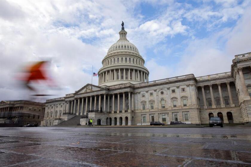 Un ciclista pasa delante del Capitolio en Washington DC (Estados Unidos). EFE/Archivo