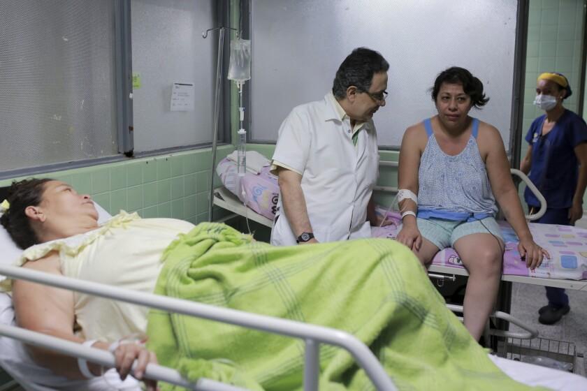 En esta imagen del 11 de febrero de 2016, el neúrologo Jairo Lizarazo habla con su paciente Daysi Mendoza, que se recupera del síndrome de Guillain-Barre en el hospital Erasmo Meoz en Cúcuta, en el estado Norte de Santander, Colombia. En esta enfermedad, el que el sistema inmune ataca el sistema nervioso, causando debilidad muscular y en ocasiones parálisis. A Mendoza, una venezolana que cruzó la frontera para recibir tratamiento, se le diagnosticó el virus del zika días antes de mostrar síntomas de Guillain-Barre. Desde el inicio del brote de zika se han diagnosticado en el estado de Norte de Santander 10 veces más casos del síndrome que la media anual. (AP Foto/Ricardo Mazalan)