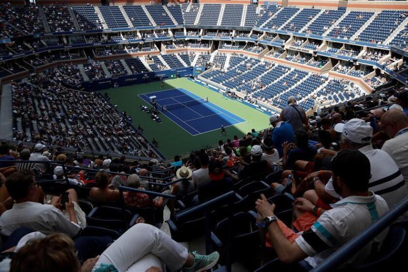 Los espectadores ocupan las localidades a la sombra durante un encuentro entre la estadounidense Sloane Stephens ante la ucraniana Anhelina Kalinina en la tercera jornada del Abierto de Estados Unidos disputado en el centro nacional de tenis de Flushing Meadows, Nueva York (Estados Unidos) hoy, 29 de agosto del 2018. EFE