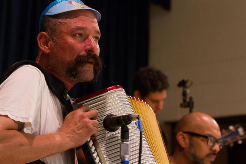 """El acordeonista y vocalista del conjunto vallenato """"Very Be Careful"""" Ricardo Guzmán interpreta una canción durante un evento cultural el pasado miércoles, 27 de junio de 2018, en Los Ángeles, California (EE.UU.). EFE"""