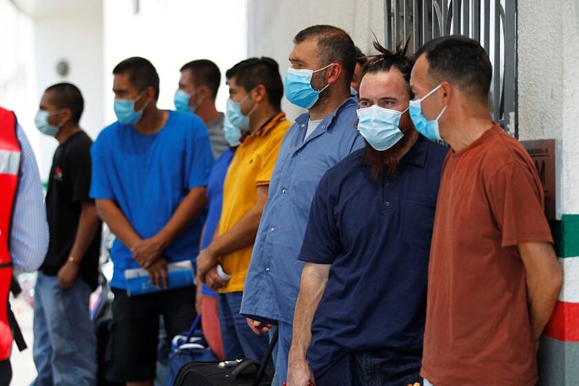 Ciudadanos mexicanos deportados de EE.UU. esperan instrucciones de autoridades mexicanas