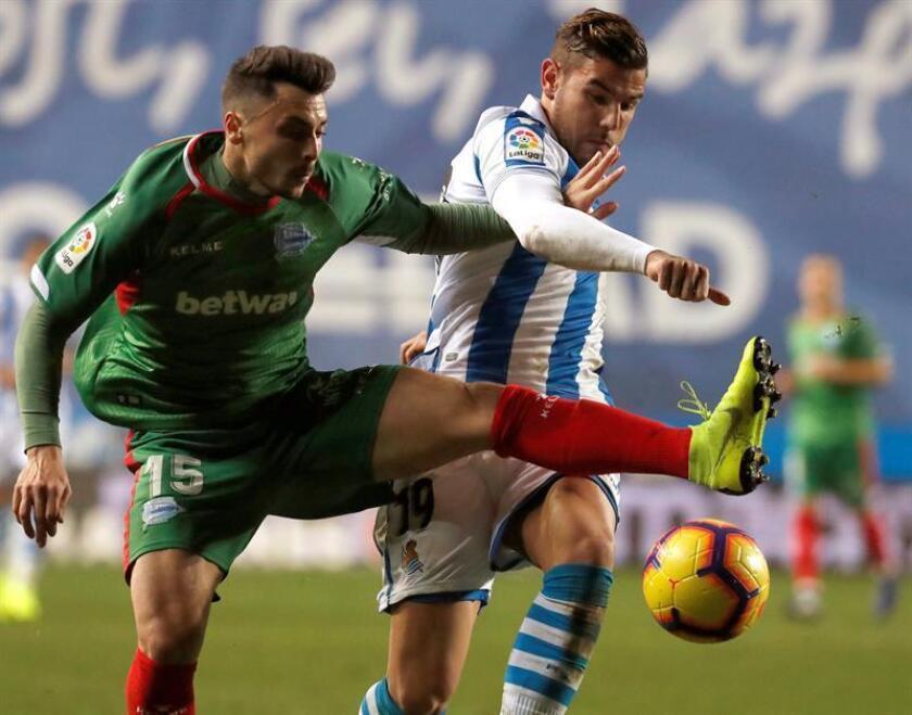 El defensa francés de la Real Sociedad, Theo Hernández (d), lucha un balón con Ximo Navarro, del Alavés, durante el partido de la jornada 17 de Liga en Primera División que Real Sociedad y Deportivo Alavés. EFE