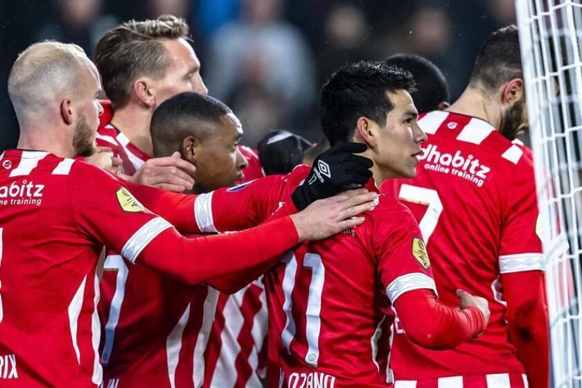 Los jugadores del PSV celebran el gol de Lozano (d) en Eindhoven, Holanda. EFE/EPA