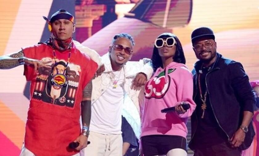 Ozuna se une a los Black Eyed Peas para presentarse en la tarima de estos premios.