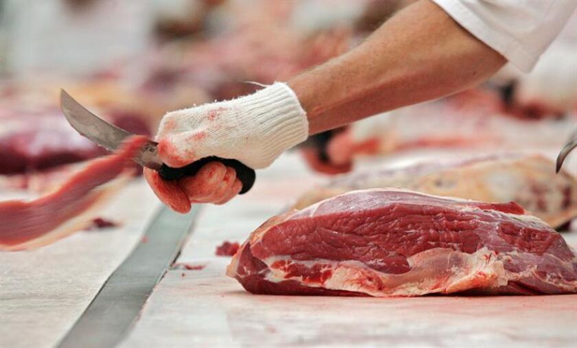 Un trabajador de una empresa de carnes, realiza un corte del producto. EFE/Archivo
