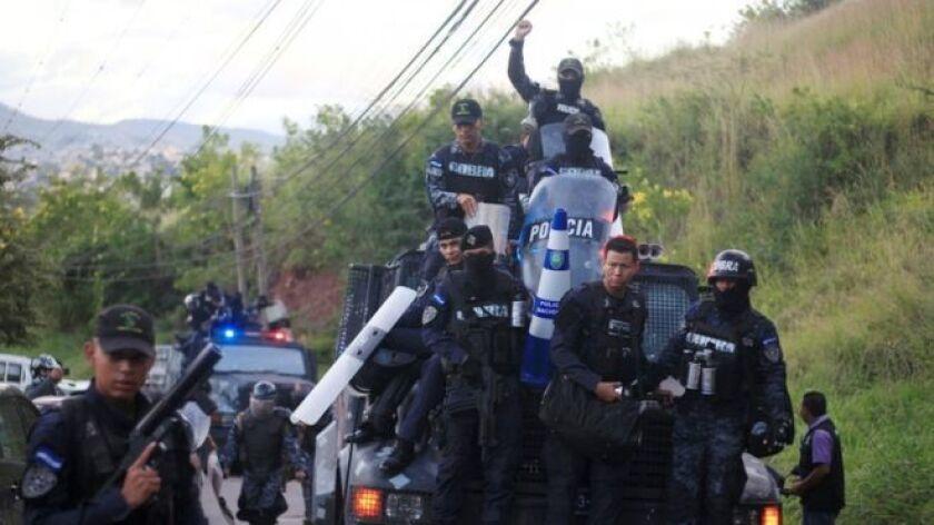 Grupos de policías de Honduras se negaron este lunes a reprimir las protestas que desafían el toque de queda decretado por el gobierno y expresaron su incomodidad ante la crisis política que vive el país por la demora de los resultados de las elecciones presidenciales de hace más de una semana.