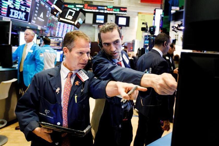 Comerciantes trabajan en la Wall Street en Nueva York, Estados Unidos. EFE/Archivo