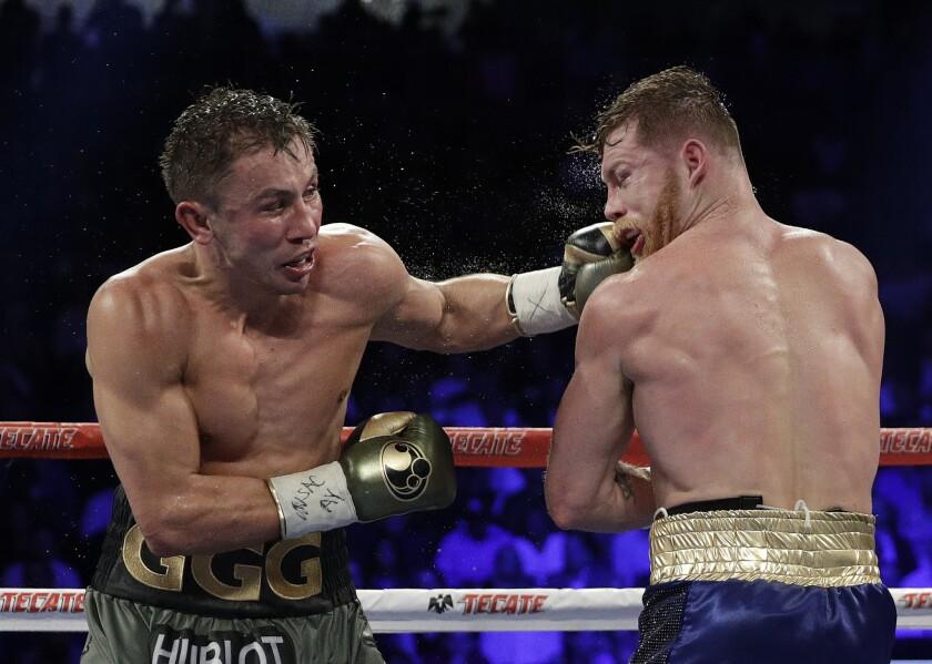 Gennady Golovkin (izquierda) golpea con la izquierda a Canelo Álvarez durante una pelea por el título del peso mediano, el 17 de septiembre de 2017, en Las Vegas. El combate terminó en empate.