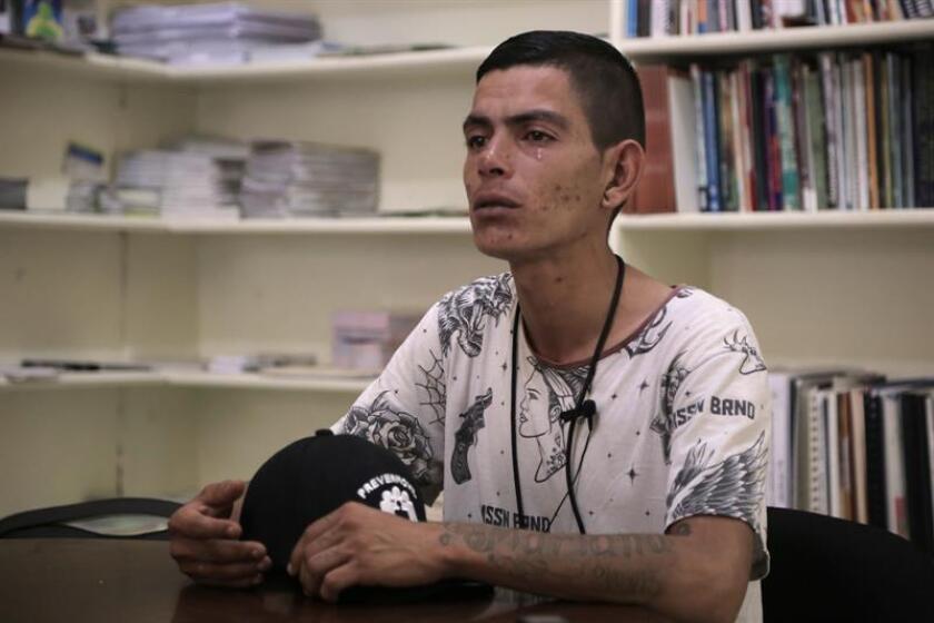 Irvin, promotor de Salud de la ONG Compañeros, habla con Efe el martes 14 de agosto de 2018, en Ciudad Juárez (México). Irvin empezó a consumir con 8 años y hoy pelea contra el abismo de las drogas. Brenda es enfermera, está embarazada de 34 semanas y fue adicta a los opiáceos. EFE