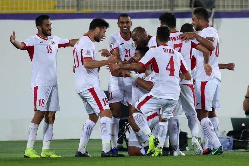 Jugadores de la selección Nacional de Jordania celebran el 2-0 ante Siria durante el partido de la Copa Asia que ambos equipos disputaron en Al Ain, Emiratos Árabes Unidos, hoy. EFE