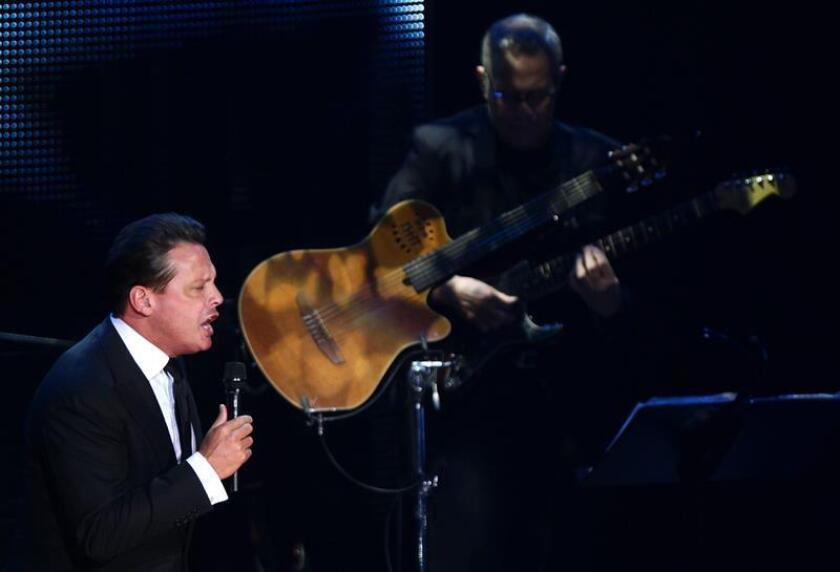 El cantante Luis Miguel durante su concierto en el auditorio Telmex de la ciudad de Guadalajara (México). EFE/Archivo