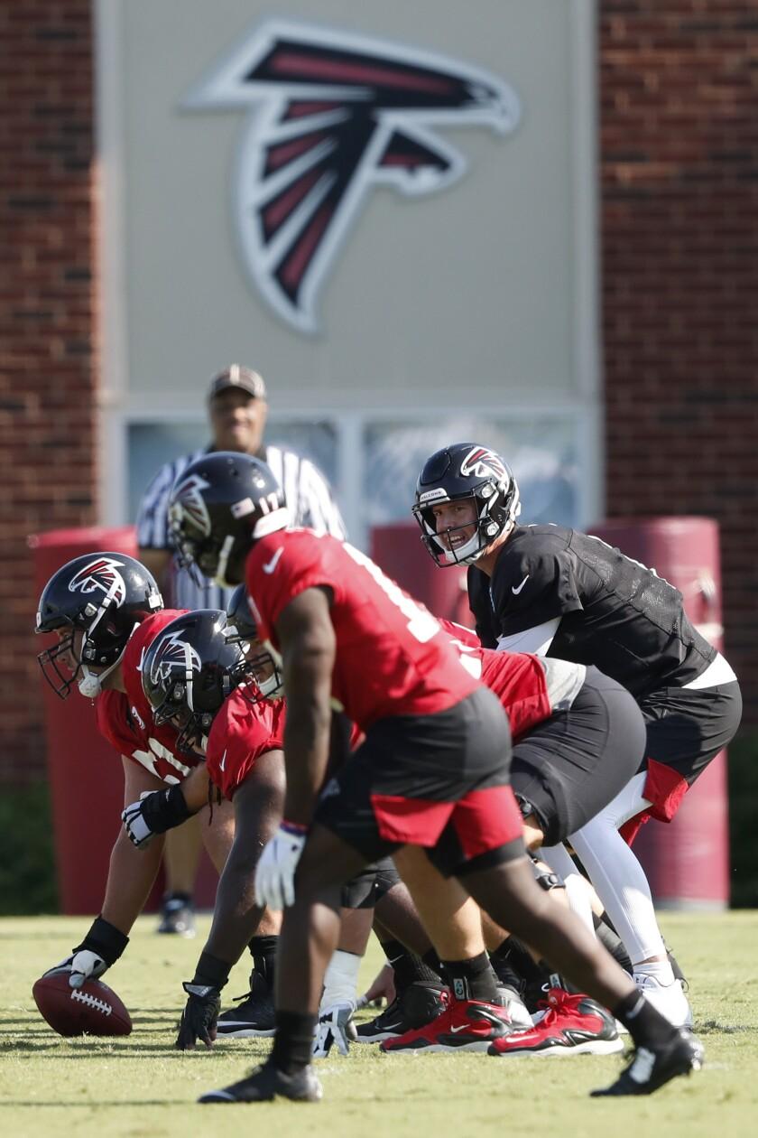 El quarterback de los Falcons de Atlanta Matt Ryan (2) durante una práctica de pretemporada