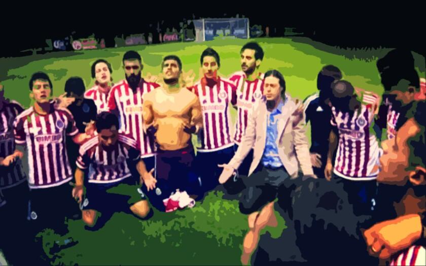 Las Chivas en oración, tras ganar la Copa MX hace algunos meses... un título que no maquilla su crisis.