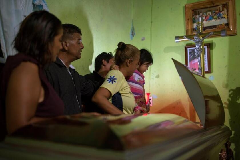Familiares de Xochitl Nayeli Irineo, una las víctimas del bar El Caballo Blanco, asisten a su funeral este jueves, en la ciudad de Coatzacoalcos, en el estado de Veracruz (México). EFE/ Ángel Hernández