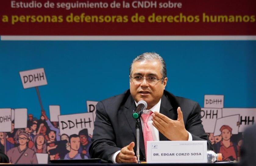 Fotografía cedida del quinto visitador general de la Comisión Nacional de los Derechos Humanos (CNDH), Édgar Corzo, habla hoy, domingo 7 de octubre de 2018, durante una conferencia de prensa en Ciudad de México (México). EFE/CNDH