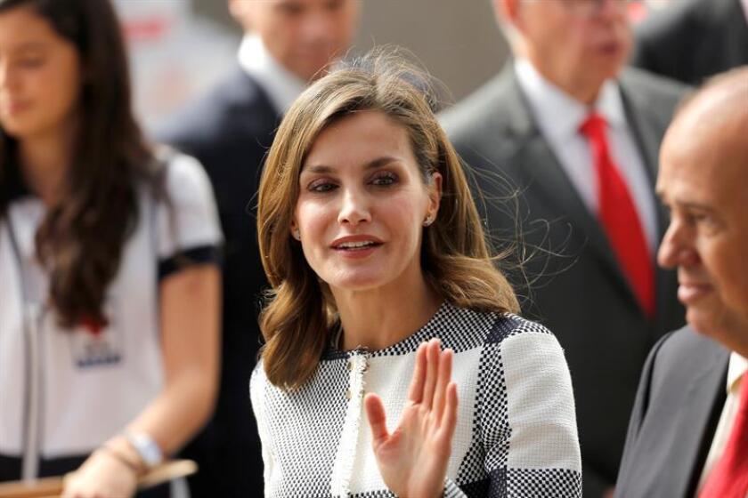 La reina Letizia visita un centro de acopio hoy, lunes 13 de noviembre de 2017, ubicado en la sede de la Cruz Roja en Ciudad de México (México). EFE