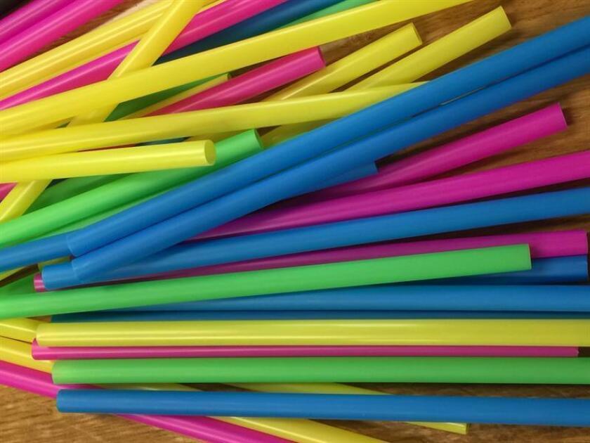 El gobernador de California, Jerry Brown, firmó hoy una ley para convertir a este estado en el primero de EE.UU. que restringirá el uso de pajitas de plástico en restaurantes, que no proporcionarán estos utensilios desechables salvo que los clientes lo pidan de manera explícita. EFE/ARCHIVO