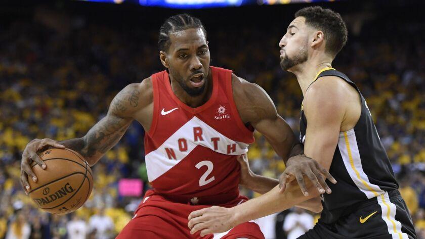 Toronto Raptors forward Kawhi Leonard (2) handles the ball while Golden State Warriors guard Klay Th