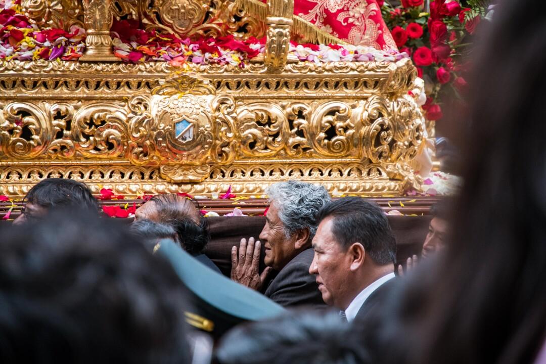 La imagen de la Virgen de la Candelaria es llevada en andas por las calles de Puno y se mantiene firme así arda el sol, llueve, granice o truene. Nunca se detiene.