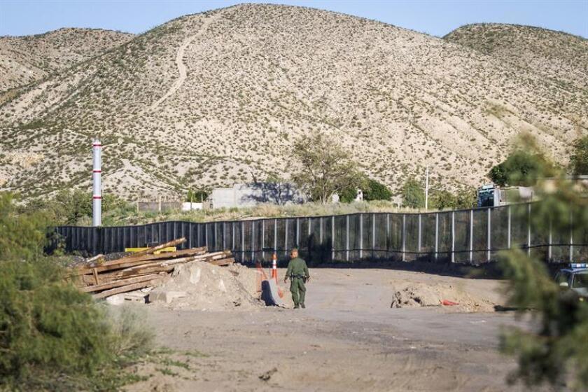 Fotografía del 27 de agosto de 2016 que muestra un fragmento de un muro de acero construido en la localidad de Sunland Park, en Nuevo México (México). EFE/Archivo