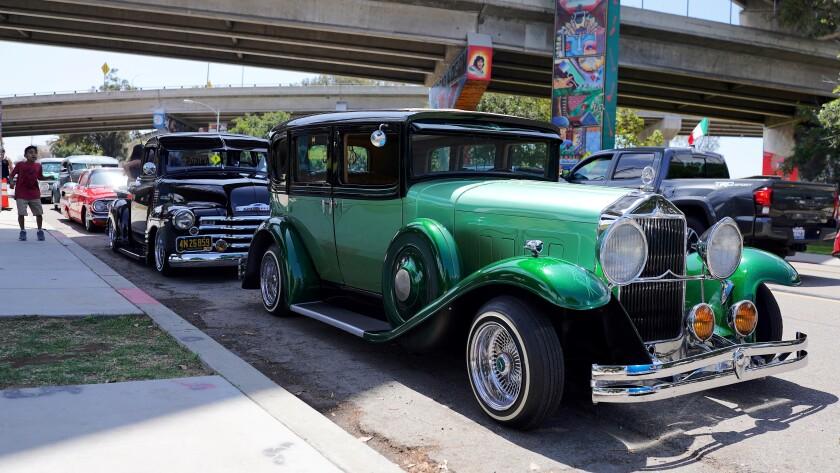 """Vista de dos vehículos """"lowriders"""" expuestos este domingo"""