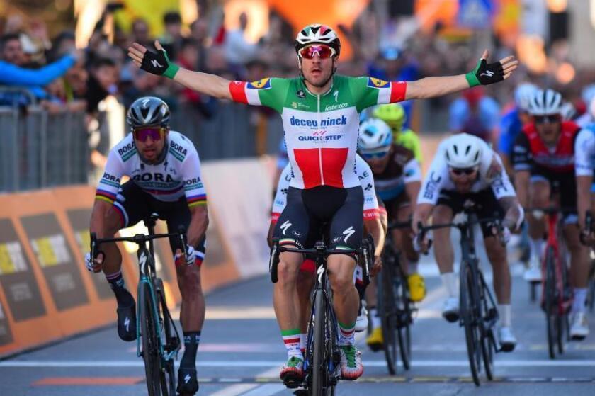 El ciclista italiano Elia Viviani (c), del equipo Quick-Step, celebra la victoria tras llegar a la meta durante la tercera etapa de la carrera Tirreno-Adriático, este viernes en Foligno (Italia). EFE