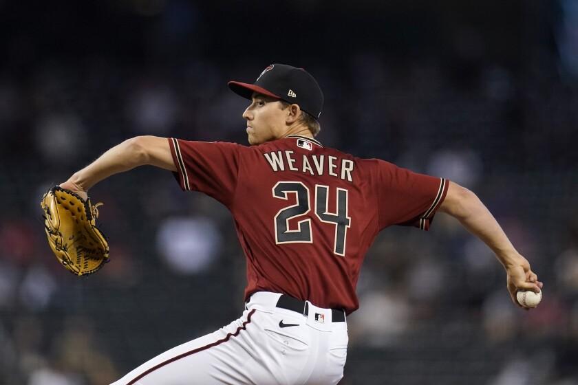 El abridor Luke Weaver lanza en el primer inning por los Diamondbacks de Arizona frente a los Rojos de Cincinnati, el domingo 11 de abril de 2021, en Phoenix. (AP Foto/Ross D. Franklin)