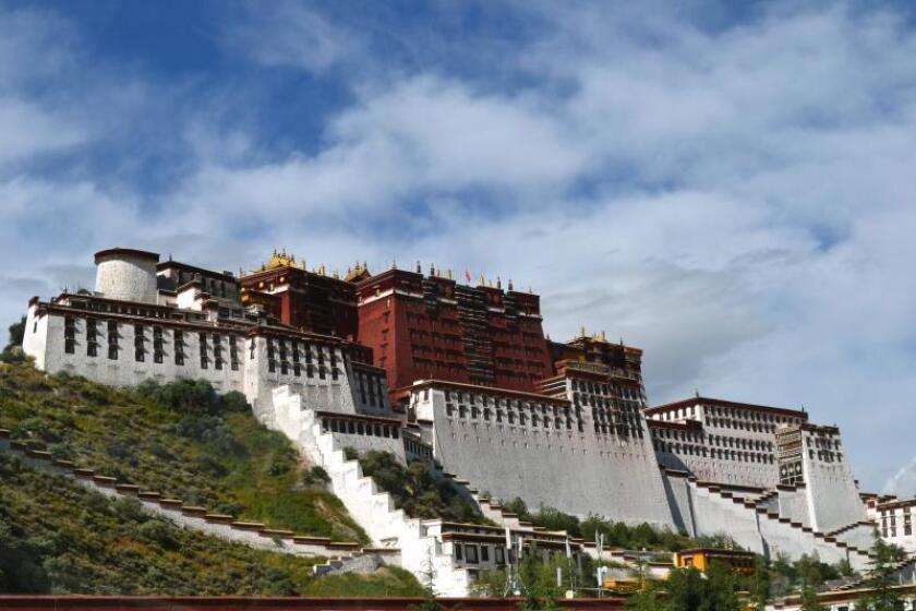 Fachada principal de el Potala, el histórico palacio de los lamas en Lhasa, la capital tibetana. EFE/Archivo