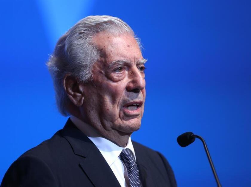 Al recibir en medio de una polémica el premio de la Feria del Libro de República Dominicana, Mario Vargas Llosa explicó el lunes que sus críticas al proceso de desnacionalización de personas de ascendencia haitiana ordenado por un tribunal dominicano son una manifestación de su amor por este país caribeño.